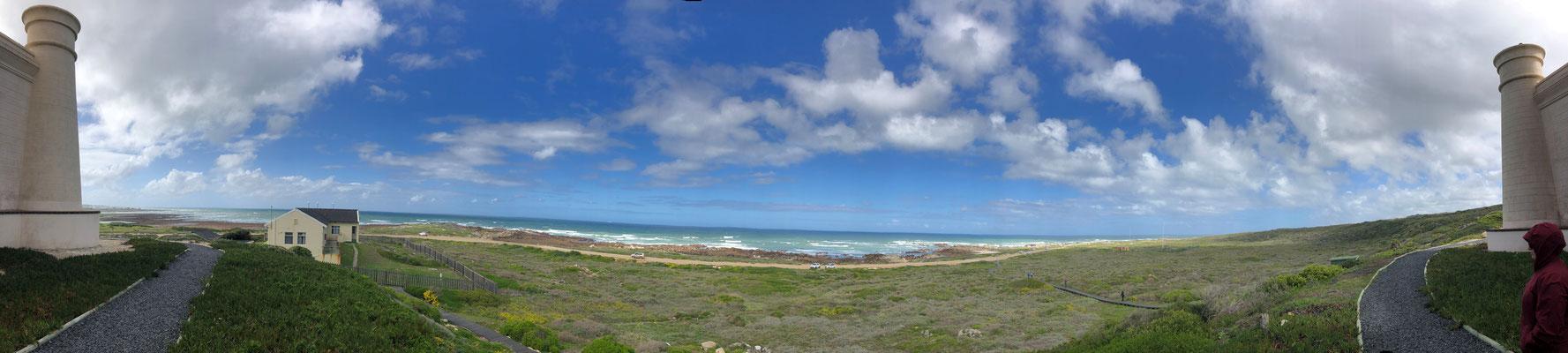 Panoramasicht vor dem Leuchtturm Cape Agulhas