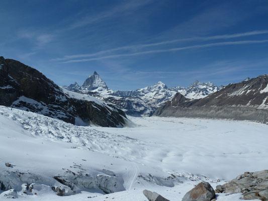 Panorama von der Monte Rosa Hütte über den Gornergletscher runter Richtung Zermatt
