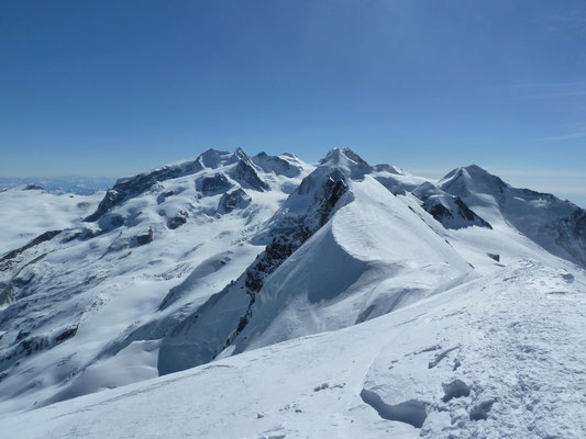 Sicht auf den Liskamm (4'527m - im Bild oberhalb der Roccia Nera) und die Dufourspitze (etwas mehr links)