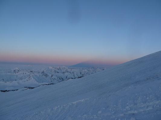 Der Elbrus-Schatten im Hintergrund