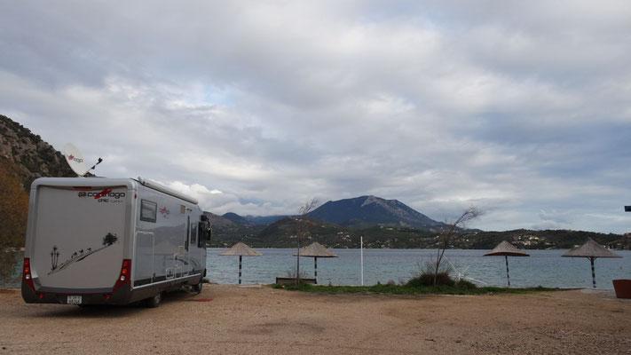 Allein in der winterlichen Einsamkeit am Vouliagmeni See