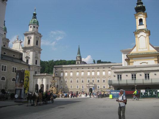 Staunen am Mozartplatz in Salzburg - warum wohl?