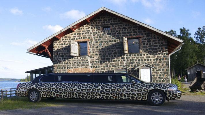 Die gestretchte Limousine im Partnerlook mit dem Restaurant
