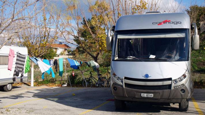In Alt-Korinth auf dem Stellplatz rufen die Waschfrauen-Pflichten vor dem Abflug