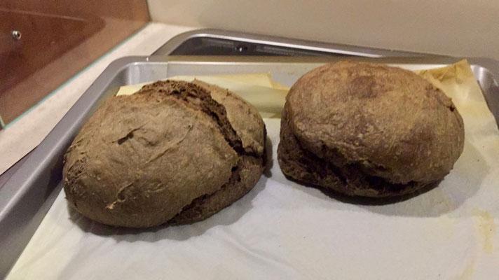 Freude herrscht über die gelungenen Brote aus Johannisbrotkernmehl