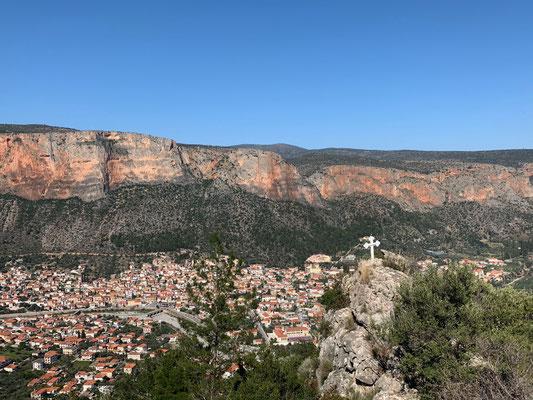 Leonidio, bekannt und beliebt für seine leuchtenden Red Rocks des Parnon Gebirges