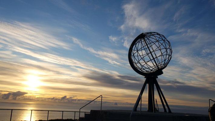 """Schön, dass wir sie gesehen haben - die legendäre Erdkugel auf dem nördlichen Breitengrad 71°10'21"""" N"""