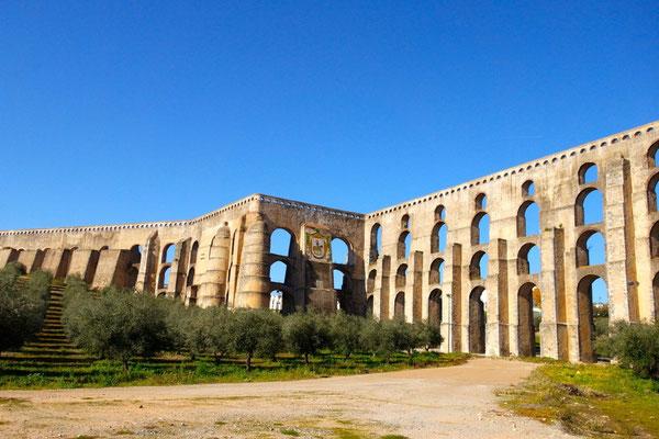 Das Amoreira-Àquadukt in Elvas