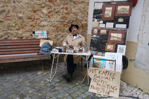 Er liest nicht aus dem Kaffeesatz - er malt seine Bilder mit Kaffee