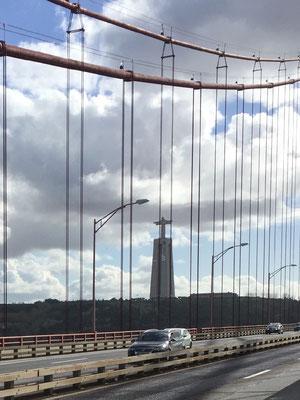Über diese Brücke  verlassen wir Lissabon Richtung Süden - Cristo Rei winkt uns vorläufig ein letztes Mal zu!
