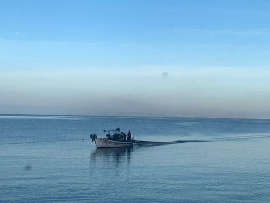 Was so friedlich anzusehen,  ist in Wahrheit harte Fischerarbeit