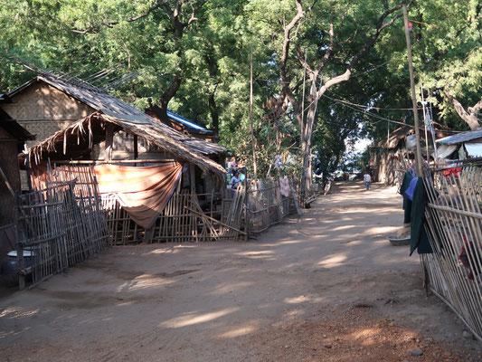 Eine ganz normale Dorfstrasse nur wenig abseits von Bagan