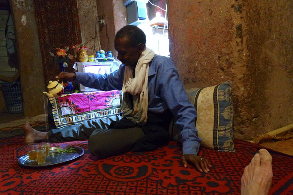 "Abdu Jalal bei der Zubereitung des ""Berber-Whiskey's"" (Thé à la menthe)"