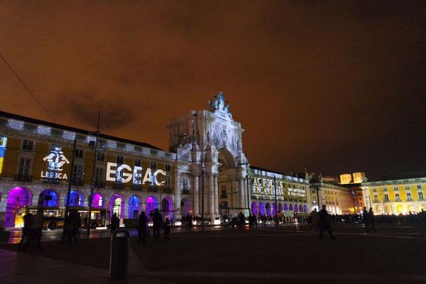 Weihnachtsspektakel am Praça Comercio,  die alljährlichen internationalen Ohrwürmer sind in voller Lautstärke zu vernehmen