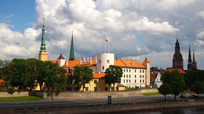 Das Rigaer Schloss von der Brücke über die Daugava