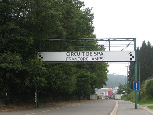 Vor den Toren der Formel 1 Rennstrecke in Belgien