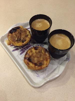 Mach mal Pause mit einem traditionellen Pastel de Nata von Bélém zum Espresso