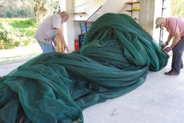Sicher ist sicher, fest verzurrt ruhen die Arbeitsutensilien während der Nacht unter den Netzmatten