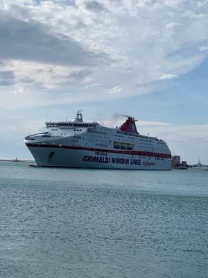 Die Grimaldi ist in Sicht, sie wird uns über Nacht nach Patras bringen
