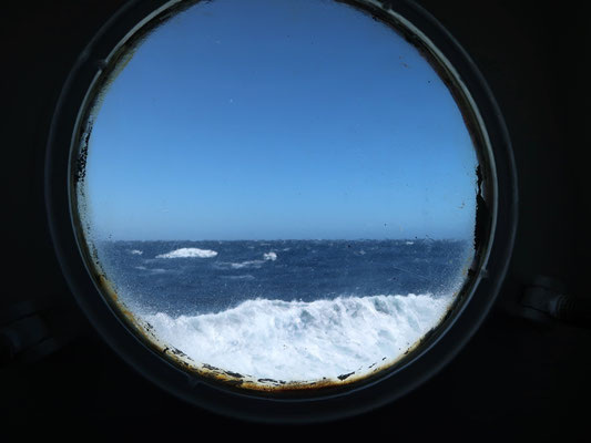 Bullaugen-Aussicht bei tobender See - zurück zur Südspitze Argentiniens.......