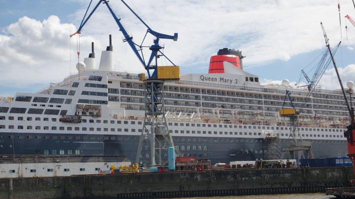 Ihre Majestät Queen Mary 2 lässt es sich gut gehen im Hafen von Hamburg