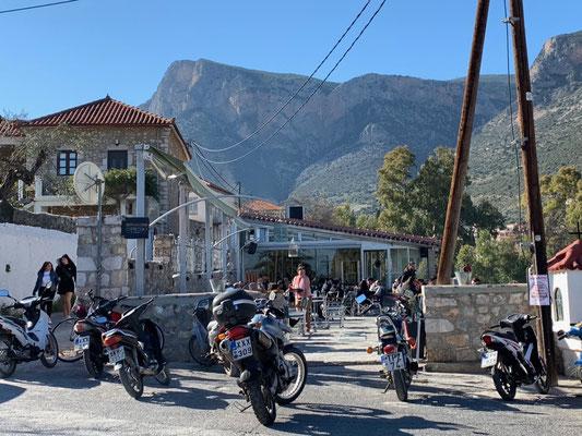 Sonntags-Motorrad-Ansammlung - das bevorzugte Kaffee der Töfffahrer