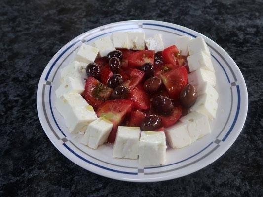 Ein internationales Plättli: Feta und Olivenöl aus Griechenland, Tomaten aus Bulgarien und selbst eingemachte Oliven aus Portugal!!!