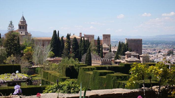 Unterwegs durch die überaus beeindruckende Stadtburg Alhambra