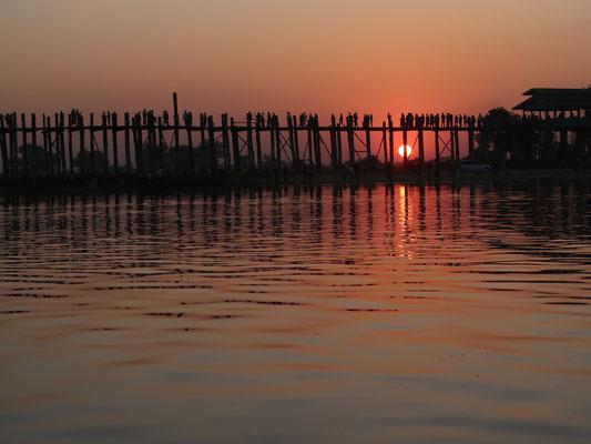 Die 1850 erbaute U Beinbrücke in Amarapura ist mit 1,2 Km die längste und älteste Teakholz-Brücke der Welt