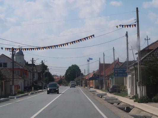 Ein rumänischer Strassenort - mit den typischen Hauszufahrten könnte er auch in Bulgarien sein