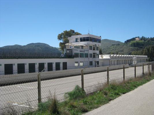 ... durch die Boxenstrasse des Autodromo Pergusa