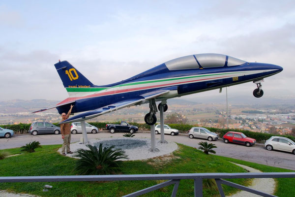 """In Loreto ein Oldie der """"Frecce Tricolori"""", die Kunstflugstaffel der italienischen Luftwaffe"""