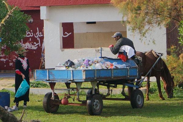 Marokkanischer Kehrichttransport auf dem Campingplatz