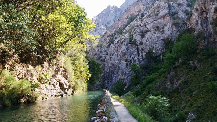 Der heutige Wanderweg entstand einst im Zusammenhang mit dem Bau des Wasserkanals, vergleichbar mit unserem Bissen-System im Wallis