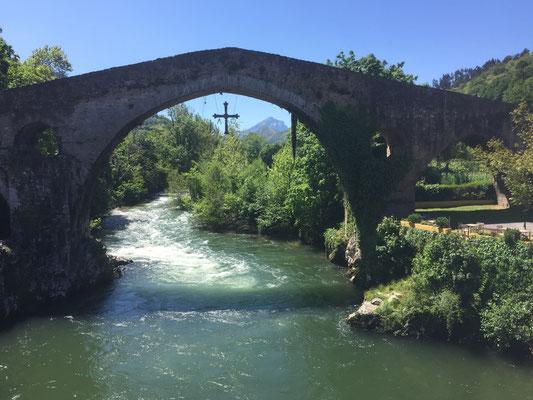 Die römische Brücke in Cangas de Onis, im Osten von Asturien