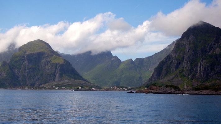 Blick zurück - die abolsut einzigartigen Lofoten bleiben unvergesslich mit ihren direkt aus dem Meer herausragenden Bergen