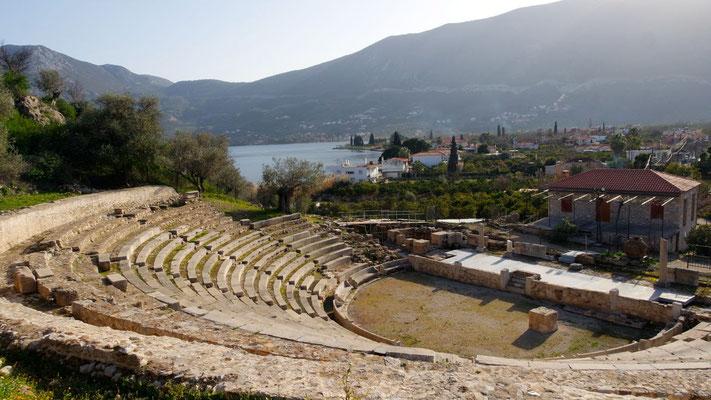 Aus den verbleibenden Resten ist das kleine Theater noch gut erkennbar - auf dem nahe gelegenen Hügel bei Palea Epidauros