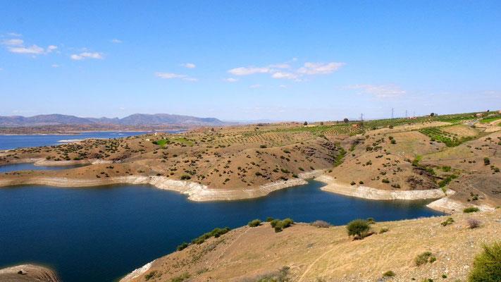 Tiefblaue Seenlandschaft auf dem Weg nach Khénifra