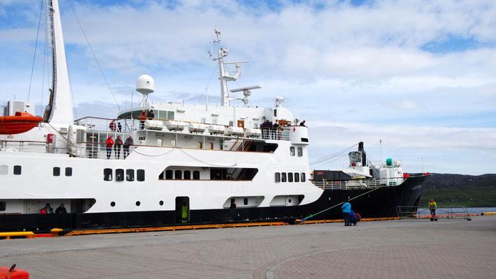 Wir begrüssen das Hurtigruten-Schiff in Kirkenes (Norwegen)