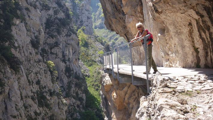überhängende Brückenbauten .....