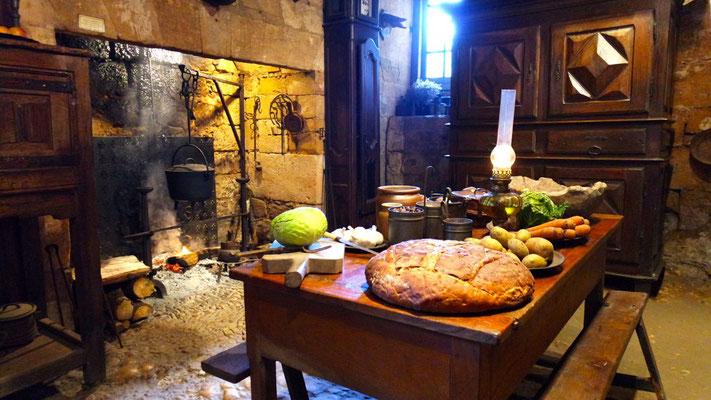 In der Küche brennt täglich das Feuer im Kamin