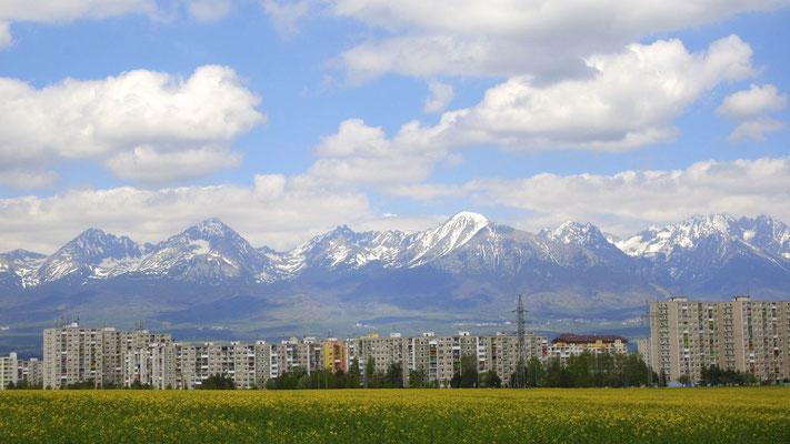 Und das ist sie, die Hohe Tatra. Sie ist der höchste Teil der Karpaten und gehört zu 2 Dritteln zur Slowakei und ein Drittel zu Polen