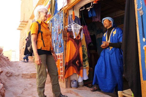 Plauderei mit dem hübschen Berber im königsblauen Gewand