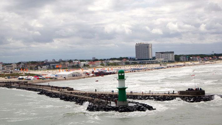 Die Einfahrt in den Hafen von Rostock führt über Warnemünde ....