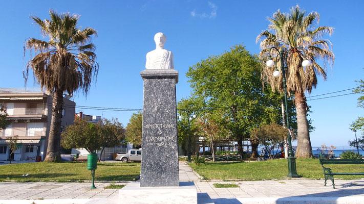 Die Statue des Philosophen Aristoteles, sein Geburtsort befindet sich gleich um die Ecke in Ancient Stagira