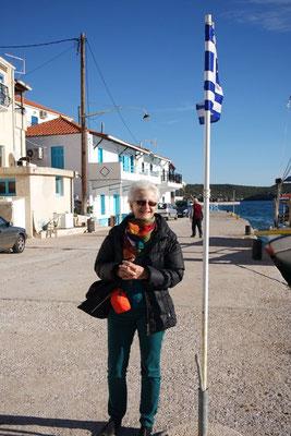 Die Griechenland-Flagge verpasst leider den optimalen Aufnahmemoment!