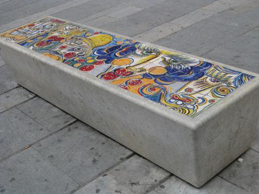 oder die Sitzbänke mit Keramikkunst