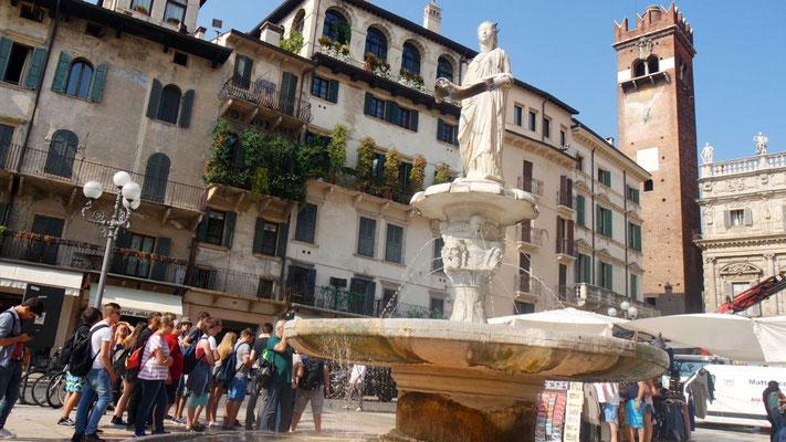 Der Brunnen Madonna Verona an der Piazza Erbe