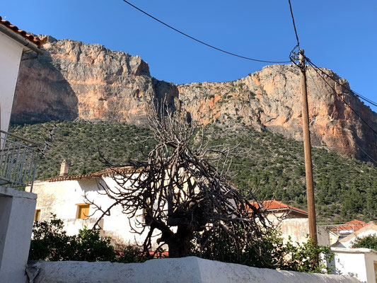 Ziemlich beeindruckend, wie sich die Felsen fast im Dorf erheben