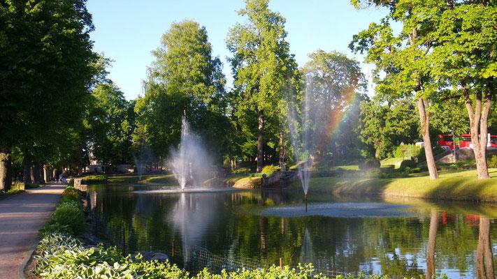 Farbenspiele des Regenbogens im Park von Cesis